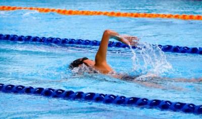 плавание в бассейне помогает похудеть